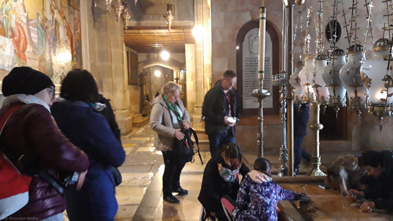Fot. Wnętrze Bazyliki Grobu Pańskiego. Marmurowa płyta w miejscu, w którym balsamowano Chrystusa przez złożeniem do grobu.
